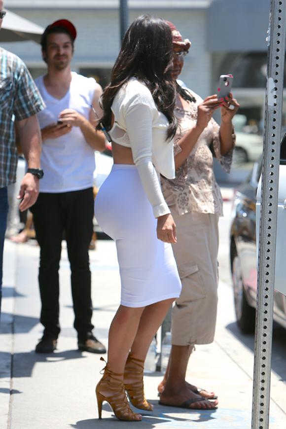 FOTOS: Kim Kardashian enseña ropa íntima por entallada falda ...