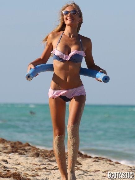 Bikini azul golpea a hombre en los testiacuteculos mira mas httpzoee2b1b - 3 4