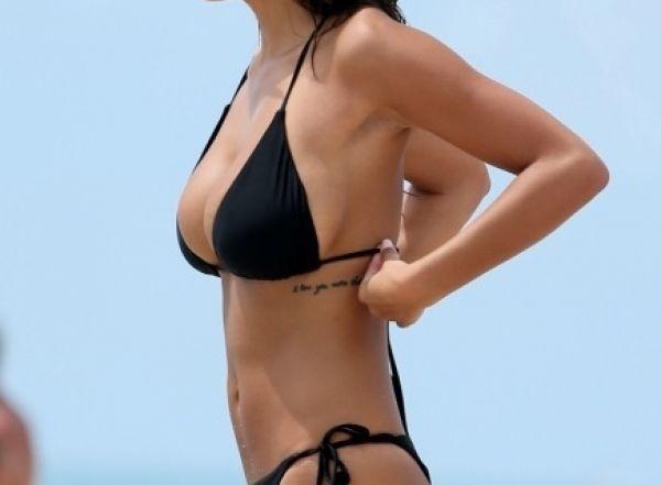 Modelo sexy bikini negro