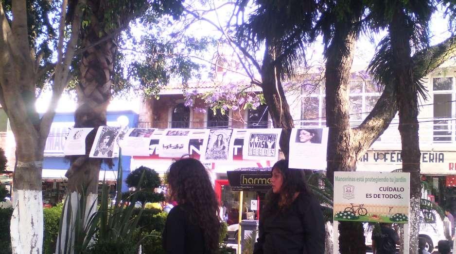 Estudiantes colocan cruces en Texmelucan para recordar feminicidios