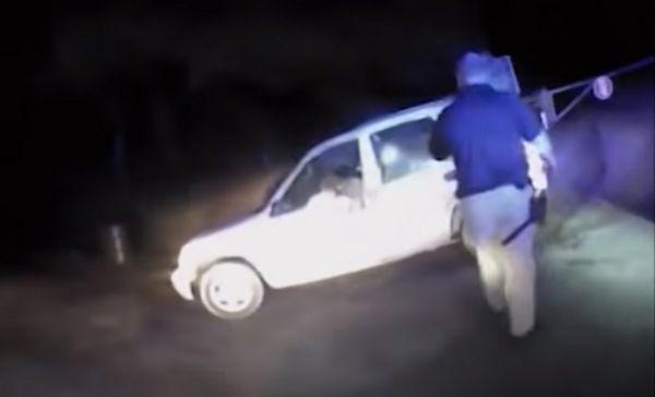 Captan a policía acribillando a niño autista en EU