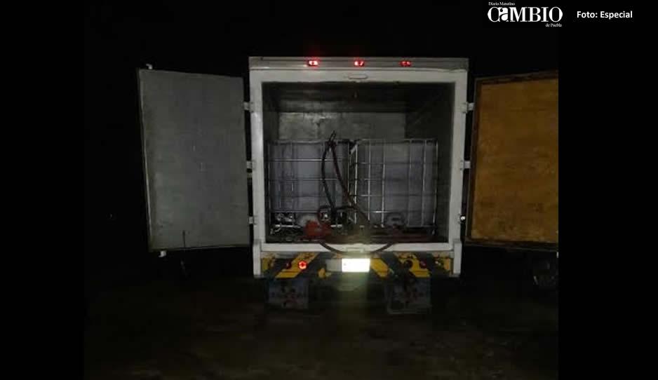 Municipales aseguran camioneta de huachicoleros en Texmelucan