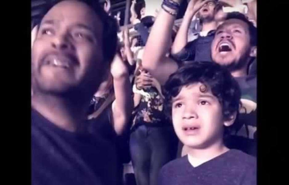 Conmueve en redes niño con autismo que llora en concierto de Coldplay