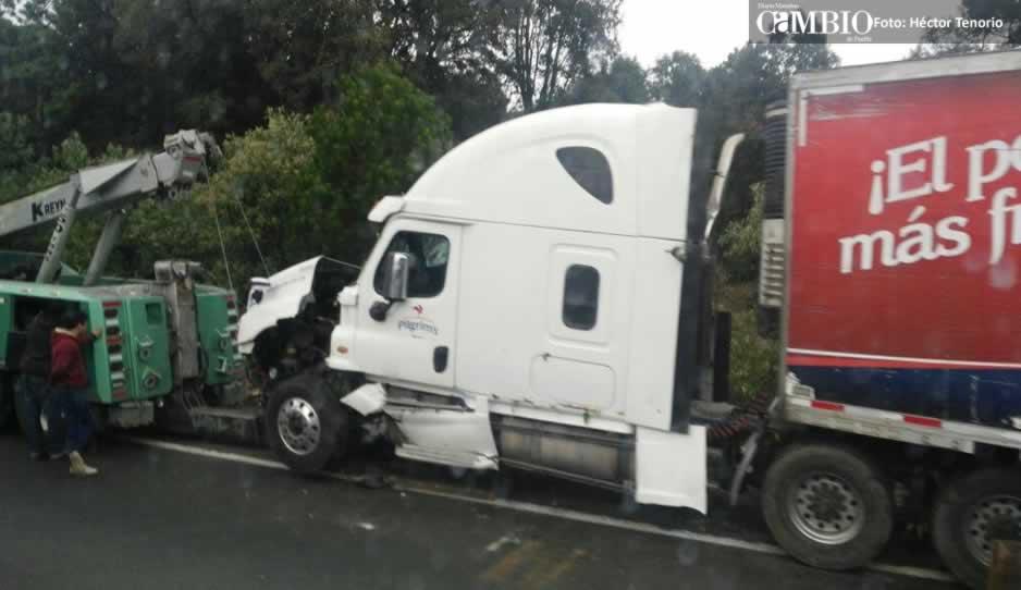 Tráiler cae a un barranco y genera tráfico en la México-Puebla