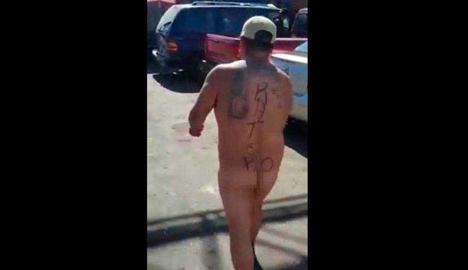 Obligado a desnudarse