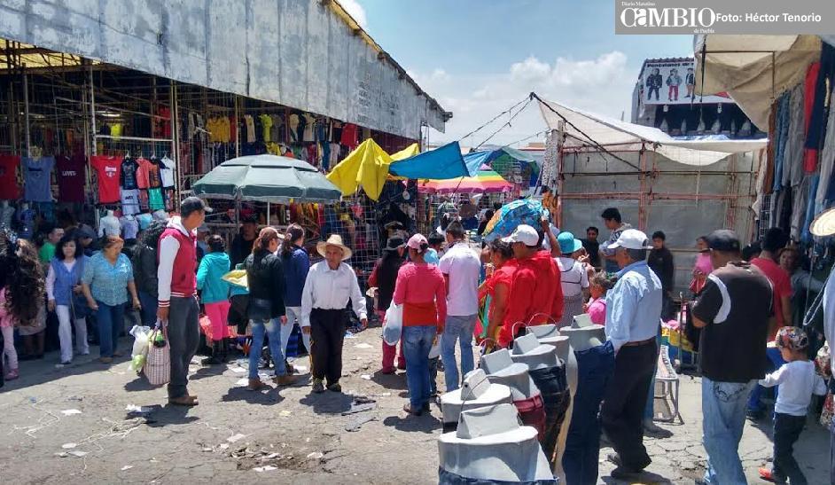 Le roban mercancía a comprador de Oaxaca en tianguis de Texmelucan