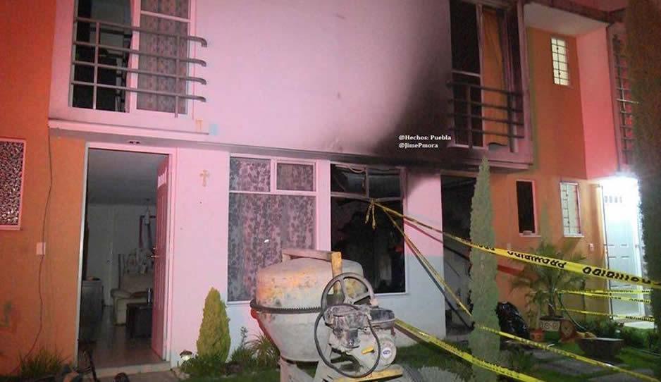 Se quema presunta casa huachicolera en fraccionamiento de Puebla capital