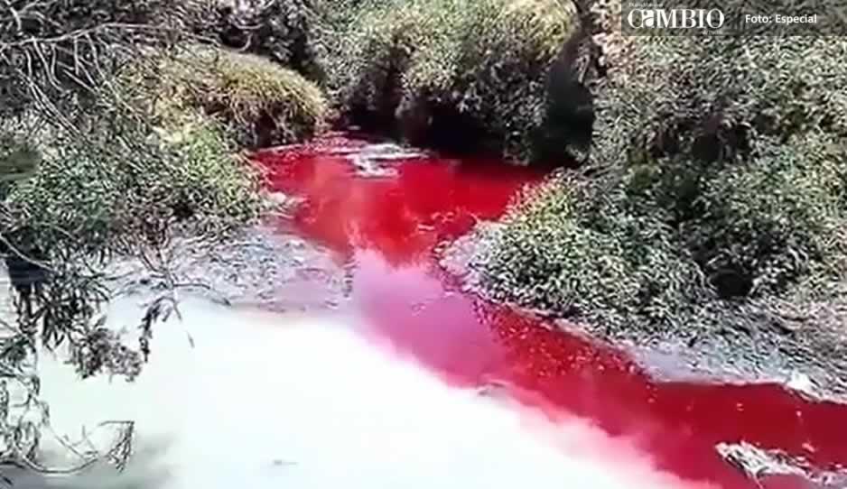 El río Rabanillo se tiñe de rojo y provoca alarma en Cuautlancingo
