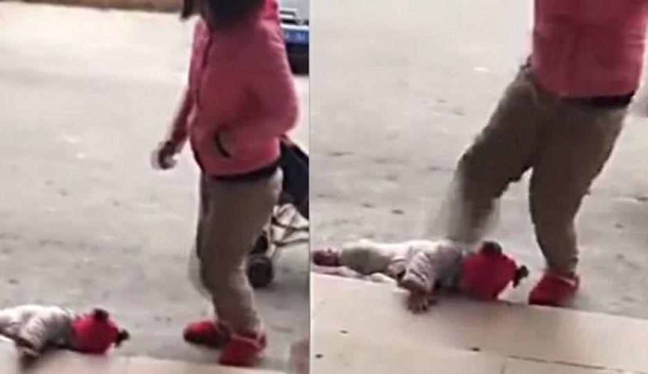 Captan a mujer maltratando a bebé
