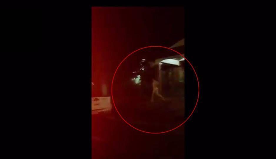 Persiguió a su novio desnuda por la calle para recuperar su celu