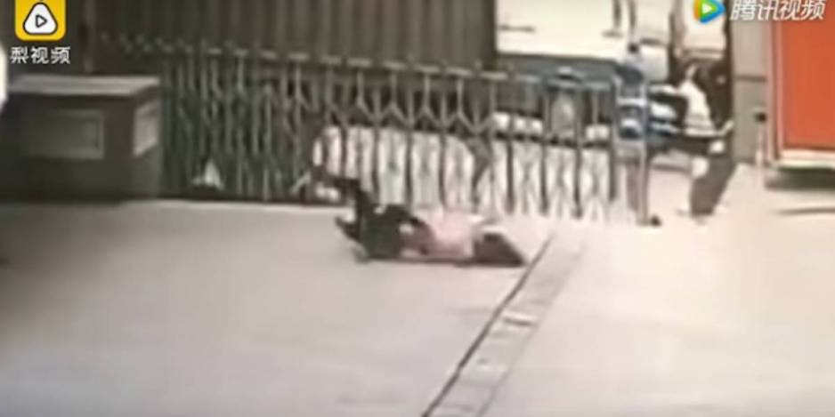 Guardia muere al intentar salvar a una mujer suicida (VIDEO)