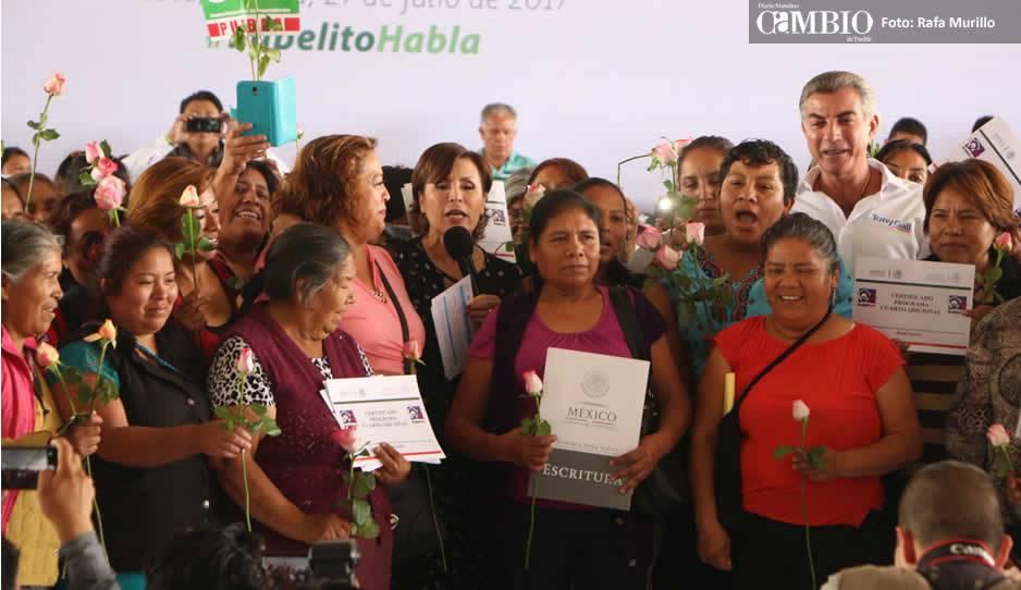 Gali y Rosario Robles entregan 314 escrituras en la colonia Paraíso