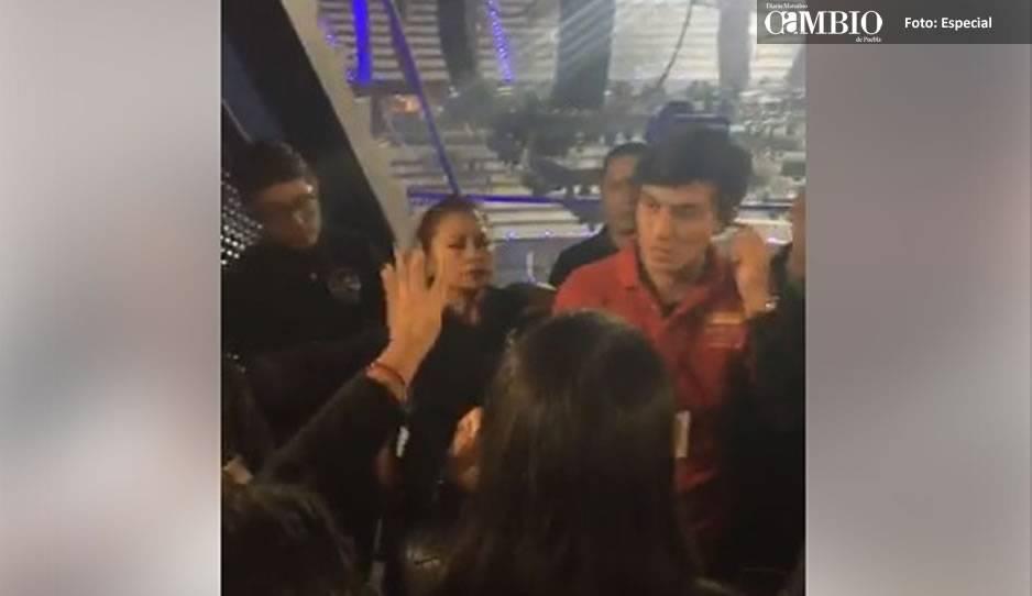 Irán Castillo se cae en concierto y deja al descubierto su playback
