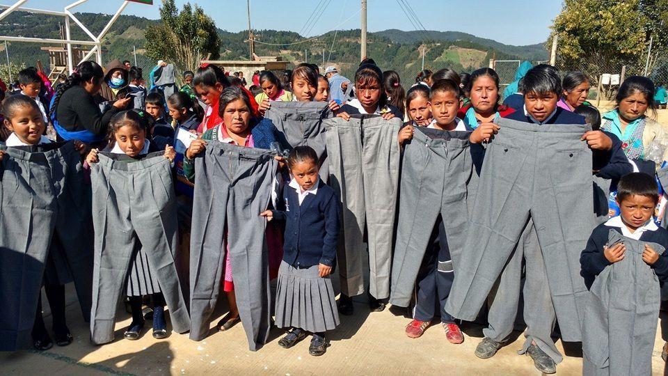 Moreno Valle se burló de primaria indígena, entregó uniformes gigantes (FOTOS)