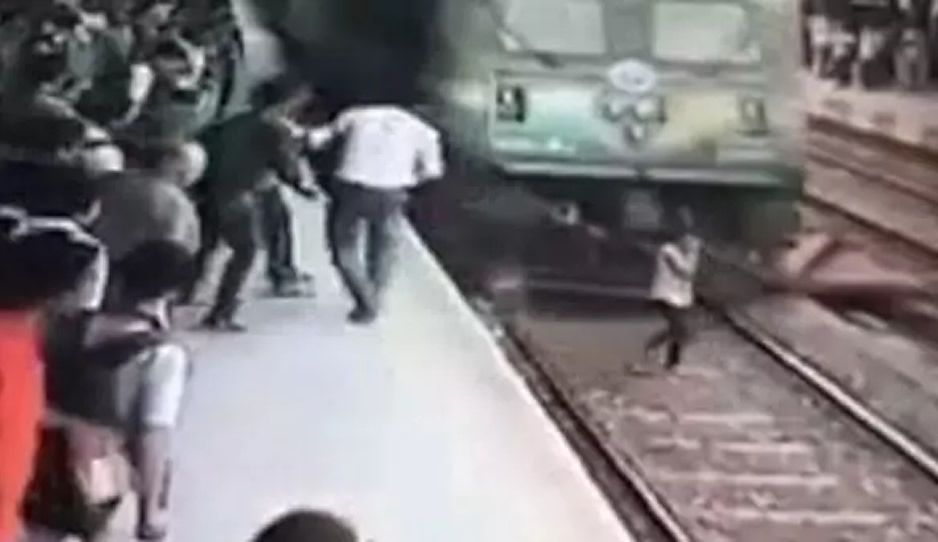 #Video Tren arrolla a adolescente y sobrevive