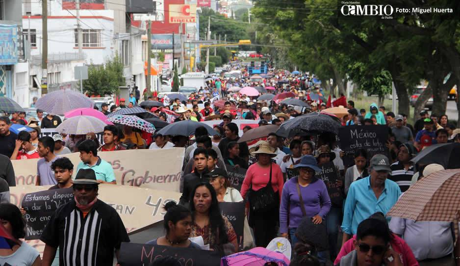 Marchan en apoyo de normalistas desaparecidos de Ayotzinapa en SC