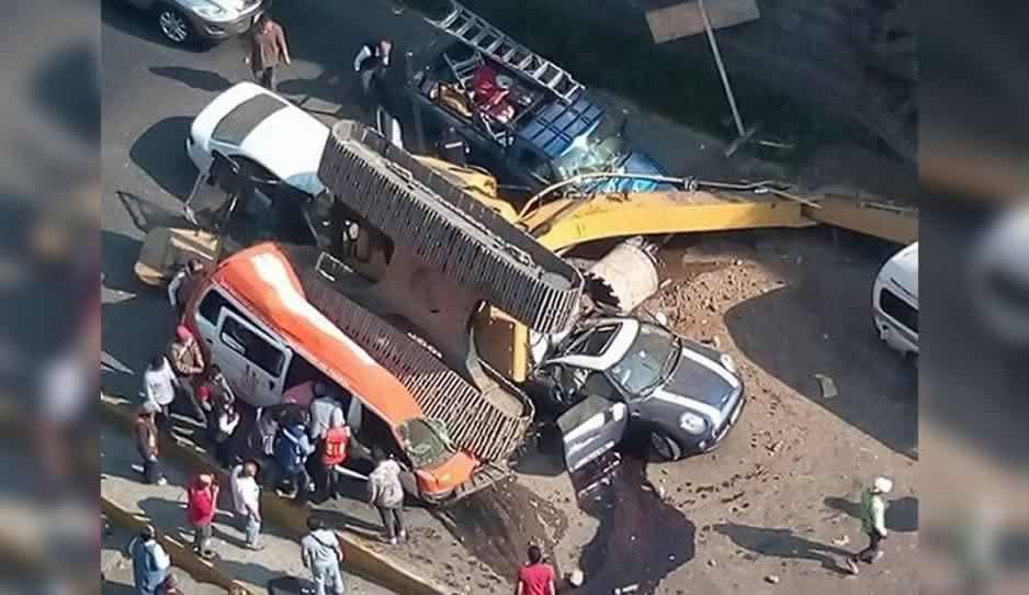 Cae retroexcavadora cae sobre vehículos en Edomex, hay dos muertos