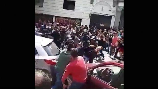 Alumnos de la UVM pelean con policías por arrancones
