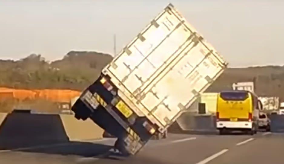 Conductor logra salvarse con espectacular maniobra — VIDEO] Impresionante