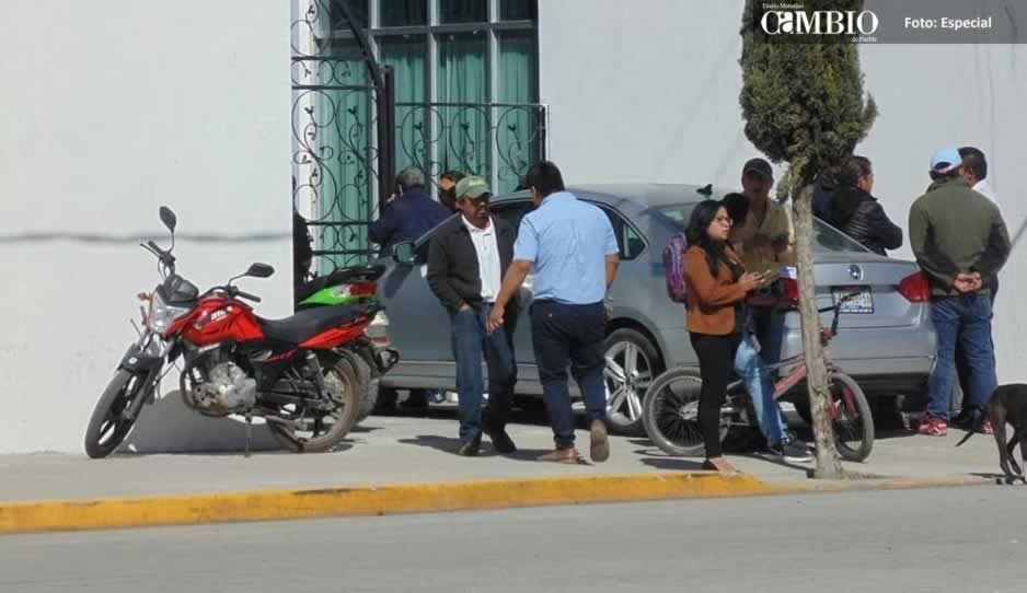 Revienta Cabildo en Amozoc, alcalde encierra a regidores para obligarlos a autorizar nombramientos