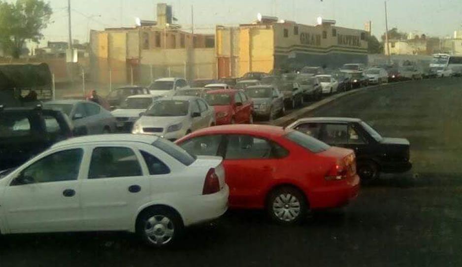 Choque provoca caos vial en el puente de la 16 de Septiembre