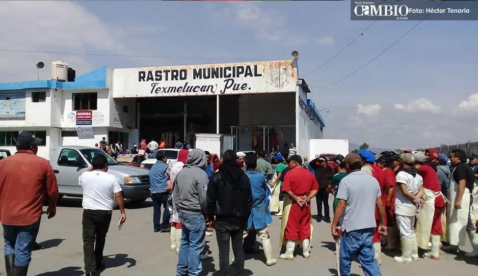 Protestan sindicalizados del rastro contra Norma Layón por despidos en Texmelucan