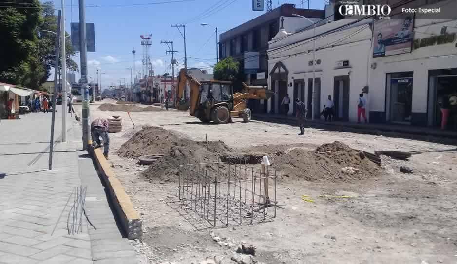 Levantan pavimento de calle en el centro de Huejotzingo a seis meses de su inauguración