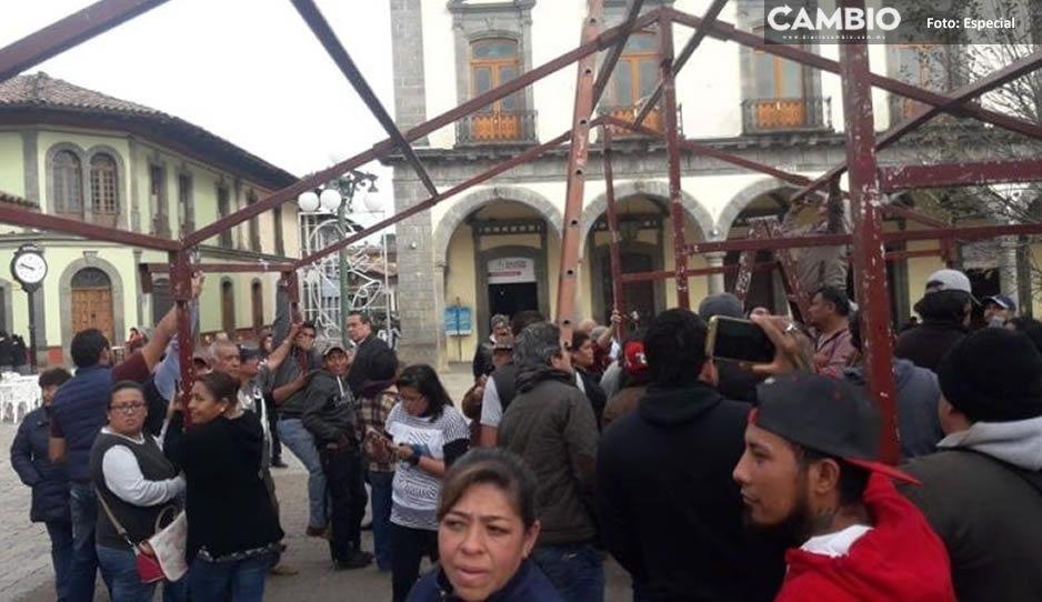Levantan a comerciantes tras riña con policías en Zacatlán