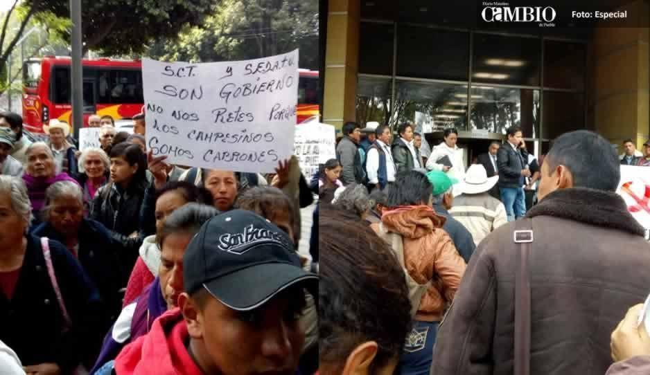 Campesinos de Tlahuapan se manifiestan en la SCT federal, exigen el pago de terrenos de la México-Puebla