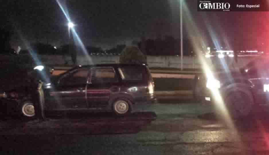Dejan abandonado vehículo con reporte de robo en gasolinera de la México-Puebla