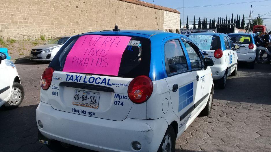 Taxistas se manifiestan en Huejotzingo por incremento de piratas