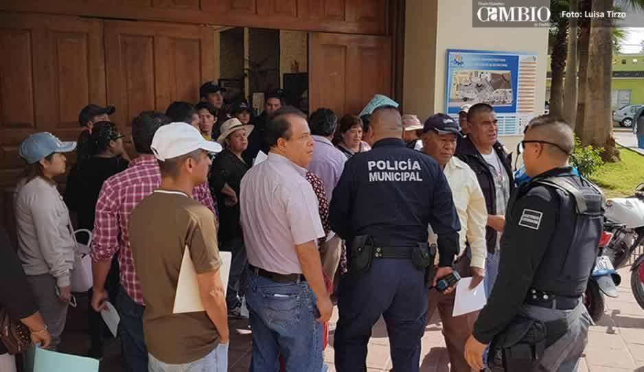 Pobladores hacen plantón en la alcaldía de Cuautlancingo, exigen destitución de edil auxiliar (FOTOS y VIDEO)