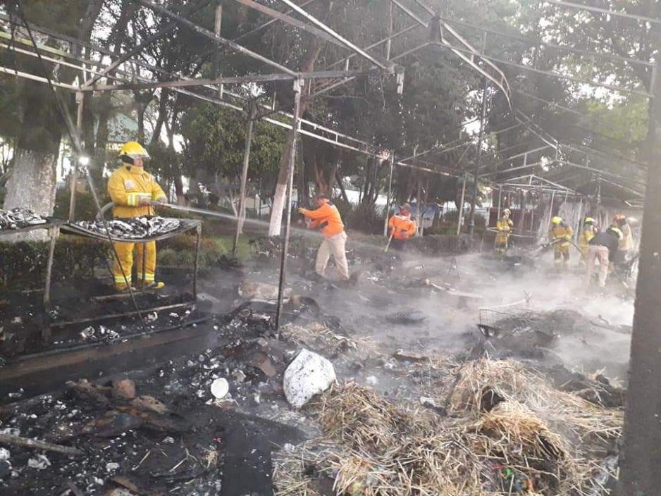 Se incendian puestos navideños en el zócalo San Pedro Cholula