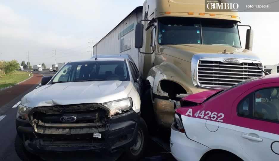 Carambola de siete unidades en la México-Puebla deja solo daños materiales