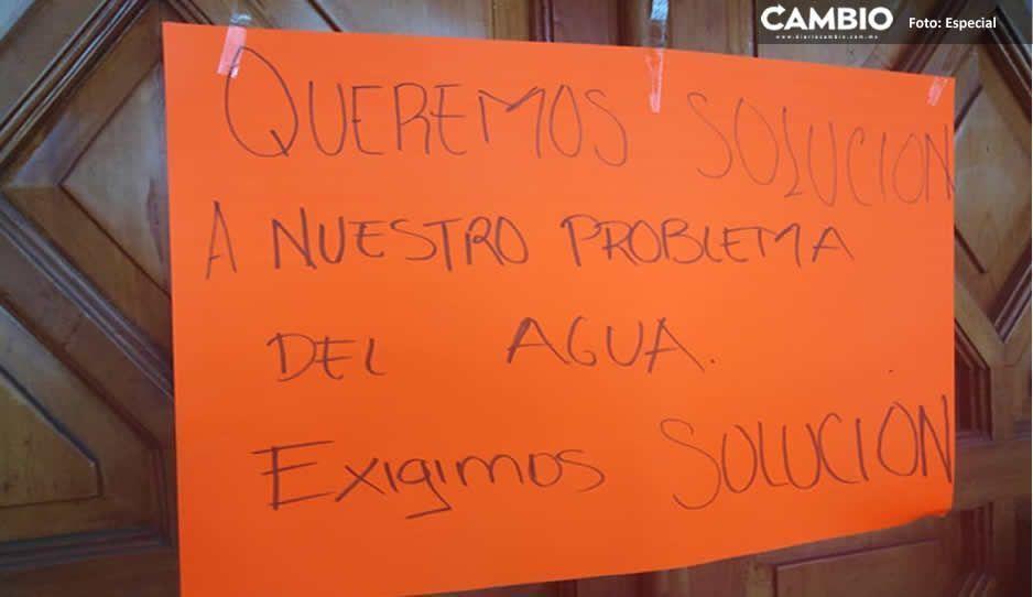 Pobladores de Chignautla se manifiestan en la presidencia; exigen solución a los problemas de agua potable