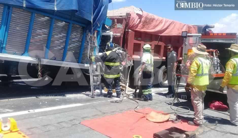 Choque entre camiones sobre la México-Puebla deja tres prensados