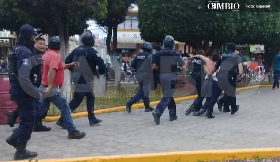 Estatales salvan a presunto secuestrador de ser linchado en San Juan Tuxco (FOTOS y VIDEO)