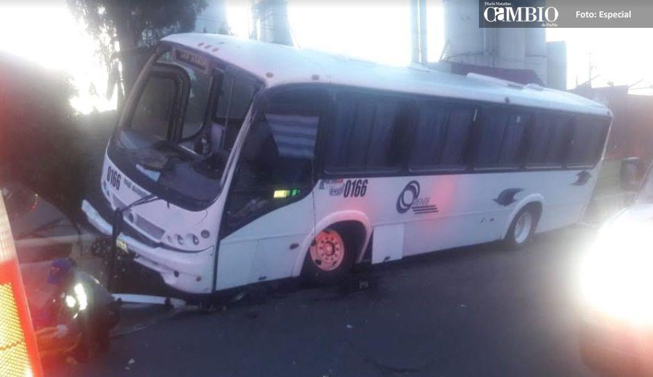 Chofer de Faurecia se sube al camellón de la carretera federal y siete terminan lesionados