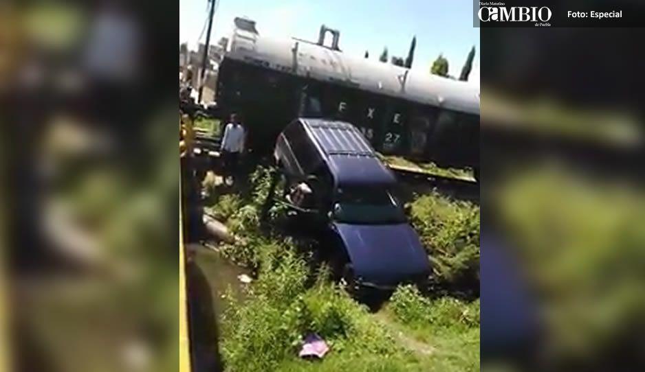 Tren embiste a camioneta que quería ganarle el paso en Coronango (VIDEO)