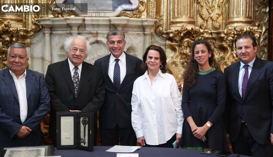 El gobernador otorga Clavis Palafoxiana al director de la Filarmónica 5 de Mayo