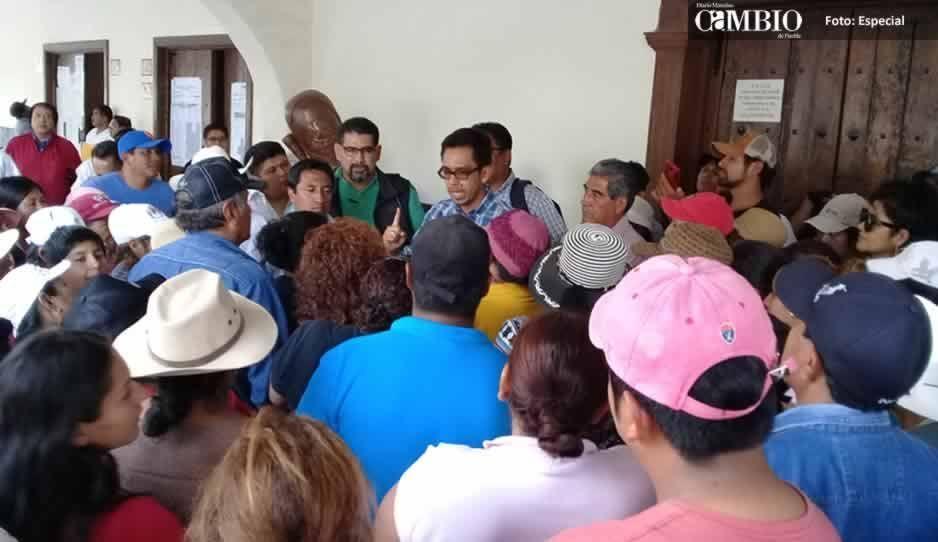 Pobladores se manifestan en la alcaldía de Huejotzingo, piden apoyo para documentación de predios