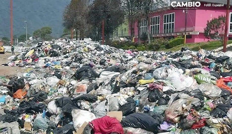Alcalde de Huauchinango pierde la cabeza y culpa a Santa por las toneladas de basura en el recinto ferial