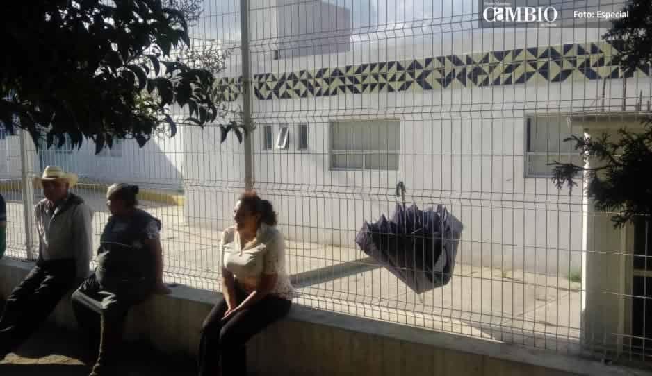Familiares de pacientes denuncian malos tratos en el Hospital Integral de Texmelucan