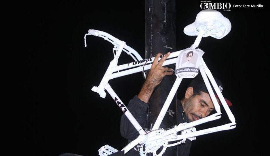 Ciclistas homenajean a Manu al colocar bici blanca donde fue atropellado (VIDEO)