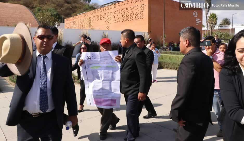Protestan en informe de Paisano; empleados sacan a quejosa