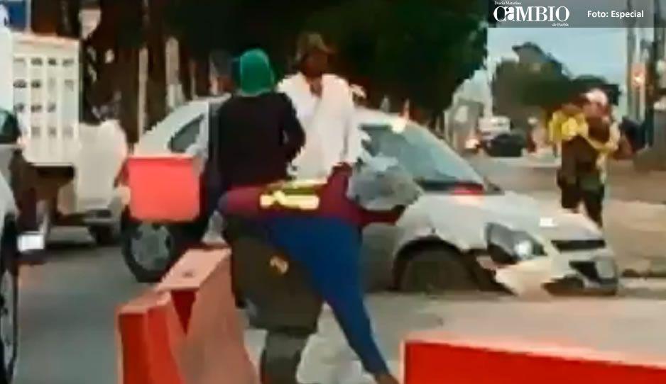 Vehículo se atasca en una zanja por las obras de la Línea 3 del RUTA (VIDEO)