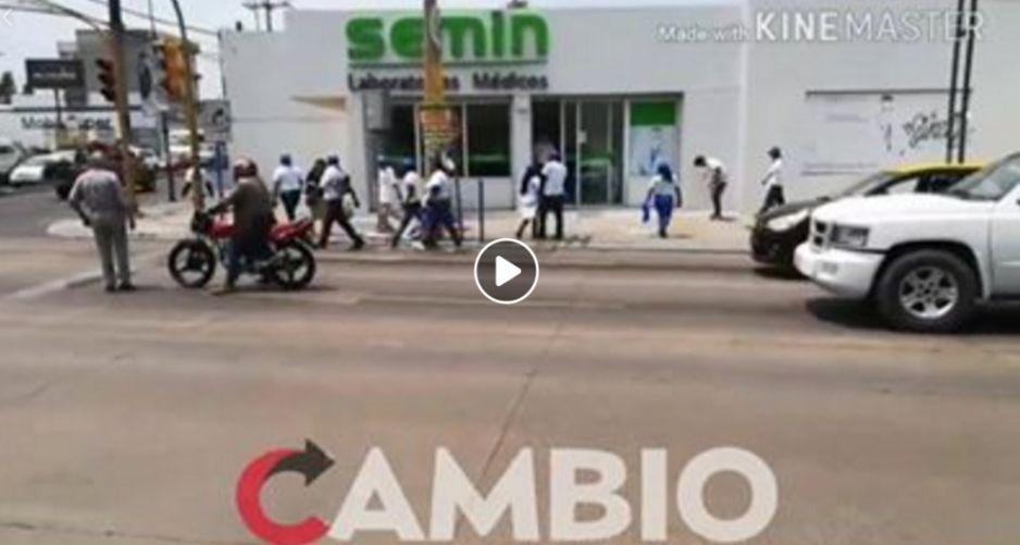 Brigadistas del PAN pelean con automovilista en Jardines de San Manuel (VIDEO)