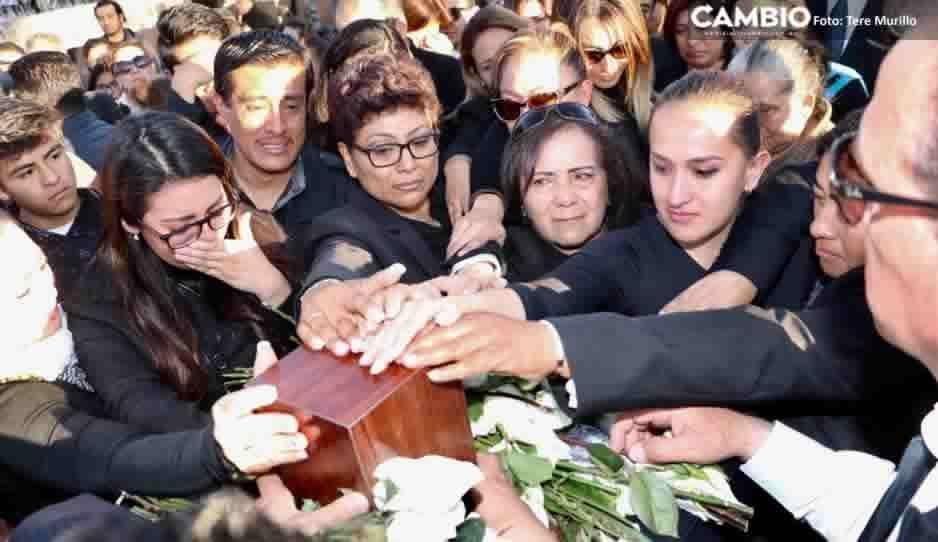 Entre llantos, poblanos tocan las urnas con las cenizas de la gobernadora y Moreno Valle para despedirse (FOTOS y VIDEO)