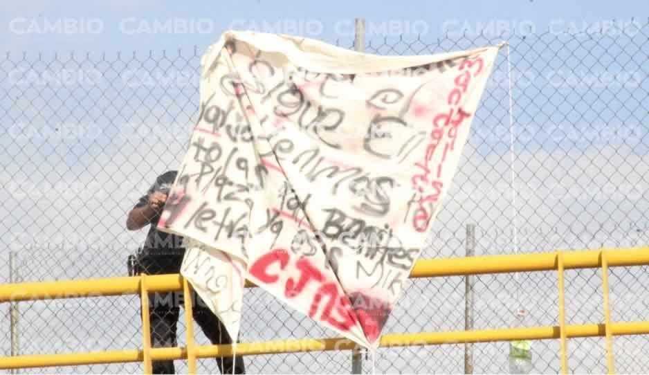 FOTO: Localizan otra narcomanta, ahora fue en la autopista México-Puebla