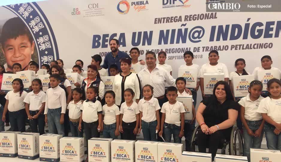 Claudia Yuritzi entrega apoyos a niños indígenas de la Mixteca